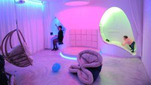 La stanza multisensoriale nasce come ambiente progettato per il benessere, prodotto dalla stimolazione dei 5 sensi in maniera controllata. La teoria sulla quale si basa la progettazione di tale stanza, va sotto il nome di Metodo Snoezelen, volto a sviluppare la percezione in pazienti con disabilità intellettive.