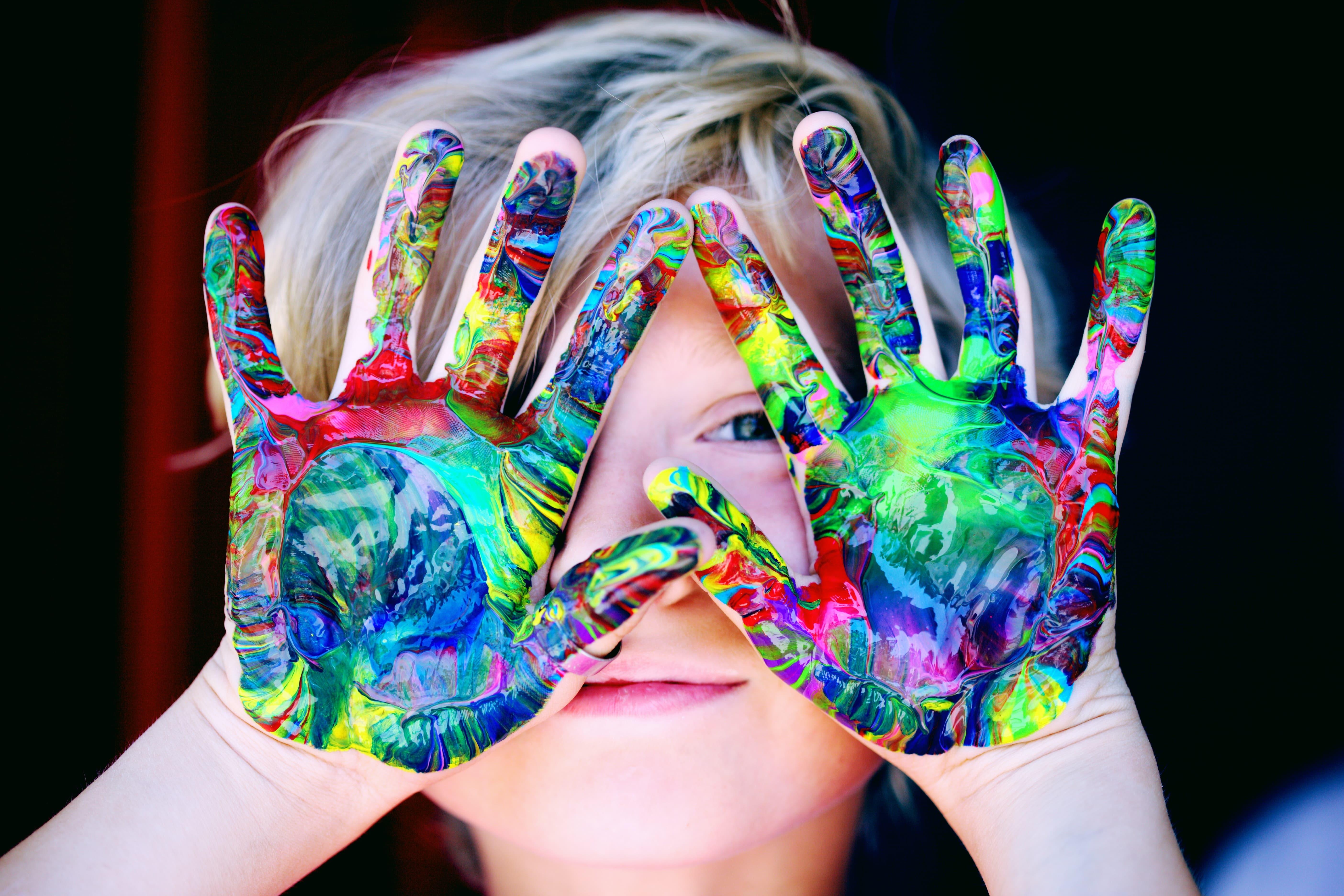 La Motricità Fine è il controllo motorio sui piccoli movimenti delle mani e delle dita, così come i piccoli muscoli della faccia, della bocca e dei piedi.