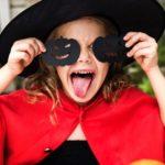 """La festa più paurosa dell'anno si avvicina, ed ormai anche in italia, come nei paesi anglosassoni, è entrata appieno tra le festività più attese dell'anno, soprattutto per i bambini Per loro, infatti, è un giorno speciale in cui poter giocare al tradizionale """"Dolcetto o scherzetto"""" ma anche dare libero sfogo alla loro fantasia con lavoretti di ogni tipo o per realizzare originali costumi di Halloween."""