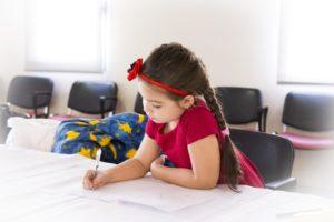 I compiti a casa sono molto spesso fonte di stress sia per bambini che per genitori. Nonostante ciò, essi sono utili ai bambini e alla loro crescita in quanto, non solo sviluppano capacità organizzative ed autonomia decisionale, ma grazie ad essi in bambino impara a conoscere sé stesso e a non mollare di fronte alle difficoltà.