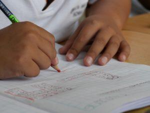 Il metodo Kumon, sviluppato dall'educatore giapponeseToru Kumon, è un sistema educativo per la matematica e il linguaggio. Il metodo, parte dall'idea che in ogni bambino ci sia un potenziale di apprendimento enorme e spesso inespresso. L'obiettivo, quindi, è quello di fornire ai piccoli gli strumenti necessari per sviluppare le proprie competenze per l'apprendimento indipendente.